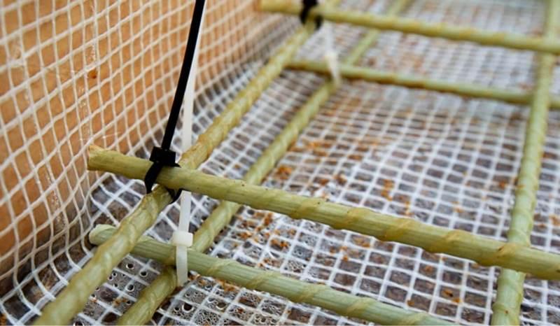 Скрепление композитной арматуры пластиковыми стяжками