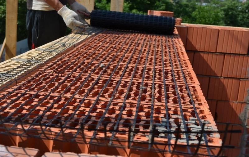 Использование базальтовой сетки при укладке кирпичной стены