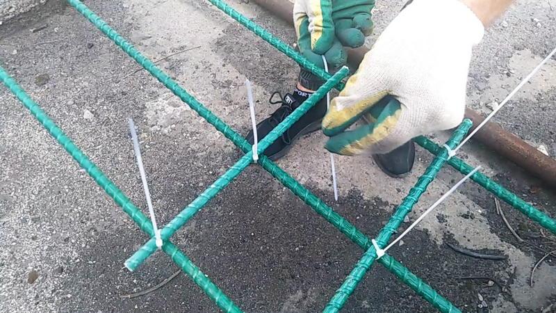 Технология использования пластиковых стяжек для вязки стеклопластиковой арматуры проста и очевидна. Каркас получается крепким и надежным!