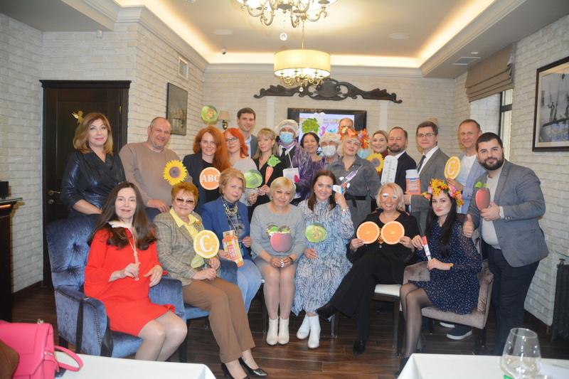 Совместное фото участников встречи в рамках Дисконт-клуба Волгоградской ТПП, в том числе директора завода СтеклоПласт Матвеева Е.А.