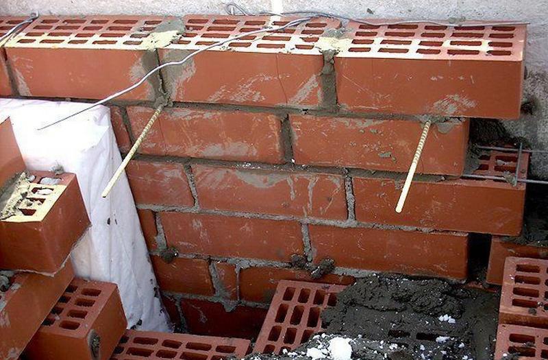 Как используются гибкие стеклопластиковые стержни при строительстве многослойных стен