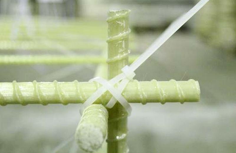 Вязка стеклопластиковой арматуры пластиковыми стяжками - очень быстро и удобно! Купите арматуру и хомуты от завода СтеклоПласт